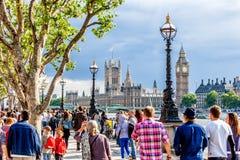 Menigte van mensen die op de zuidelijke bank van de Rivier Theems, Londen lopen Royalty-vrije Stock Foto's