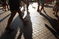 Menigte van mensen die op een straat lopen stock foto's