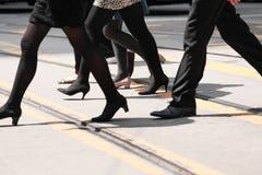 Menigte van mensen die op gestreepte kruisingsstraat lopen Royalty-vrije Stock Afbeeldingen