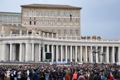Menigte van mensen die op Paus Francis I in Vatikaan wachten Stock Afbeeldingen