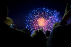 Menigte van mensen die op vuurwerk letten Royalty-vrije Stock Afbeeldingen