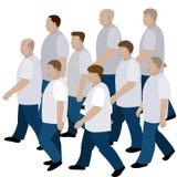 Menigte van mensen die zich in jeans en T-shirt aan de gemeenschappelijke richting bewegen Royalty-vrije Stock Fotografie