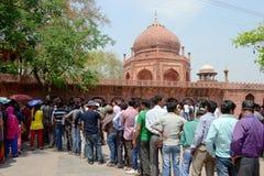 Menigte van mensen die zich in lijn aan kaartjesbureau aan Taj Mahal bevinden Stock Afbeeldingen
