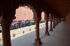 Menigte van mensen die zich in lijn aan Taj Mahal bevinden Stock Foto
