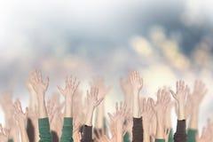 Menigte van mensen en handen omhoog Stock Foto's