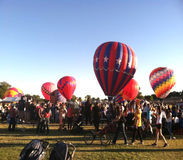Menigte van mensen en hete luchtballons Stock Foto's