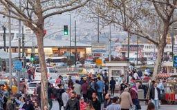 Menigte van mensen en voertuigen in Istanboel Royalty-vrije Stock Foto's