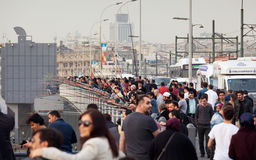 Menigte van mensen, Galata-Brug in Istanboel, Turkije Royalty-vrije Stock Foto