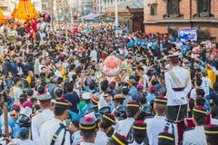 Menigte van Mensen in Indra Jatra Festival in Katmandu stock foto