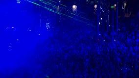 Menigte van Mensen met Blauwe Lichten dat worden verlicht bij stock footage