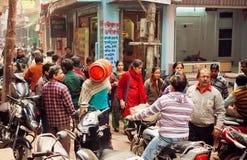 Menigte van mensen op de smalle straat met motorfietsbestuurders en voetgangers Stock Foto's