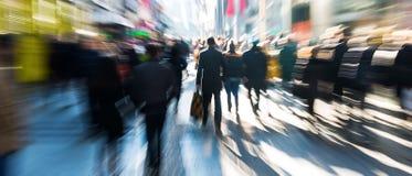 Menigte van mensen op het winkelen straat royalty-vrije stock fotografie