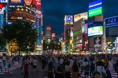 Menigte van mensen op Shubuya die bij nacht kruisen Stock Afbeeldingen