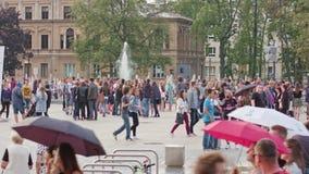 Menigte van Mensen rond Fontein op Litewski-Vierkant stock foto