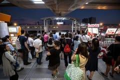 Menigte van mensen in spitsuur bij het station van BTS Mo Chit royalty-vrije stock foto's