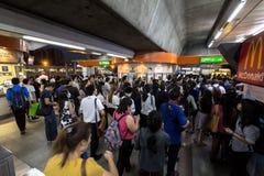 Menigte van mensen in spitsuur bij het station van BTS Mo Chit Stock Foto