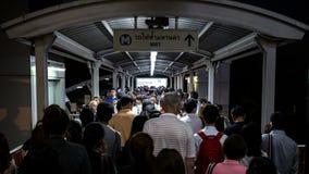 Menigte van mensen in spitsuur bij het station van BTS Mo Chit Stock Afbeeldingen