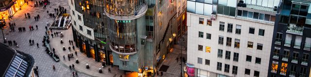Menigte van mensen in Stephansplatz in Wenen, Oostenrijk stock foto's