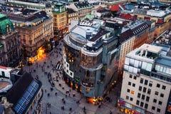 Menigte van mensen in Stephansplatz in Wenen, Oostenrijk stock fotografie