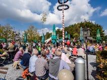 Menigte van mensen tijdens de nationale feestdag van de Alp Stock Fotografie