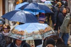 Menigte van Paraplu's in Venetië Stock Afbeelding