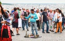 Menigte van toeristen die dichtbij Sacre Coeur lopen Royalty-vrije Stock Foto's