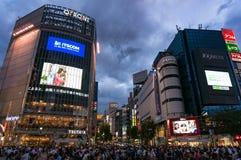 Menigte van toeristen en plaatselijke bewoners die op beroemde Shibuya in Tokyo kruisen Stock Foto