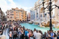 Menigte van toeristen en Trevi Fontein in de stad van Rome Stock Fotografie