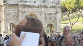 Menigte van toeristen rond het monument Arco Di Constantino 05 10 2017 Rome, Italië stock video