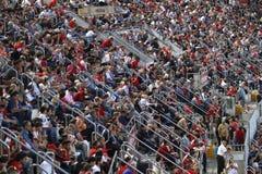 Menigte van toeschouwers in de tribunes van het voetbalgebied Stock Afbeeldingen