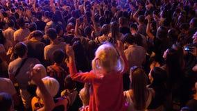 Menigte van ventilators die bij openlucht levend festival toejuichen stock video