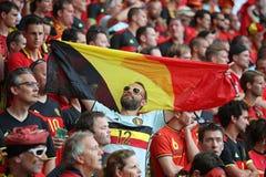 Menigte van voetbalventilators bij het stadion Stock Afbeelding