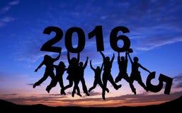Menigte van vrienden die met 2016 op blauwe hemel springen Stock Afbeeldingen