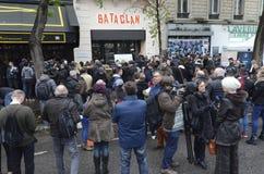 Menigte voor Bataclan die hulde aan de slachtoffers van de terroristische aanslagen betalen royalty-vrije stock fotografie