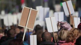 Menigtemens die onderaan straat Frankrijk met banners lopen die hun rechten 4K verdedigen stock video