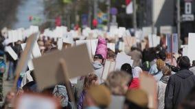 Menigtemens die onderaan straat Rusland met banners lopen die hun rechten verdedigen stock videobeelden