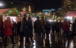 Menigten bij bezige Breitscheidplatz-Kerstmismarkt royalty-vrije stock afbeelding