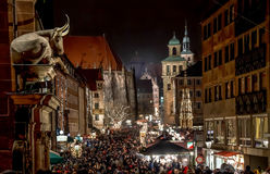 Menigten bij Kerstmismarkt van Nuremberg Stock Fotografie