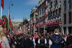 Menigten die de straat voor de kinderen` s parade voeren op de Nationale Dag zeventiende van Noorwegen ` s van Mei Stock Afbeeldingen