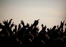 Menigten die van genieten bij Openluchtmuziekfestival stock afbeeldingen