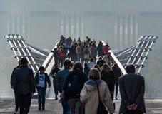 Menigten op Millenniumbrug, Londen Stock Foto's