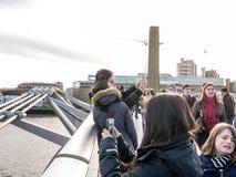 Menigten op Millenniumbrug, met paar die selfie in de voorgrond, Londen, het UK nemen Stock Foto's