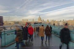 Menigten op Millenniumbrug, met St Pauls op de achtergrond Londen royalty-vrije stock afbeelding