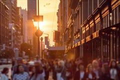 Menigten van anonieme mensen op stoep in de Stad van New York royalty-vrije stock afbeeldingen