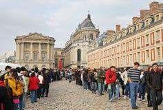 Menigten van Mensen buiten het Paleis van Versailles Stock Foto