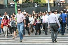 Menigten van mensen die de straat kruisen dichtbij Paleis van Beeldende kunsten in Hictorical-centrum van Mexico-City Stock Afbeelding
