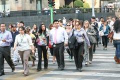 Menigten van mensen die de straat kruisen dichtbij Paleis van Beeldende kunsten in Hictorical-centrum van Mexico-City Stock Fotografie
