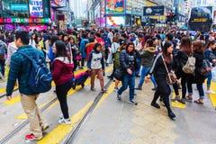 Menigten van mensen die Konings` s Weg in Hong Kong kruisen Stock Afbeelding