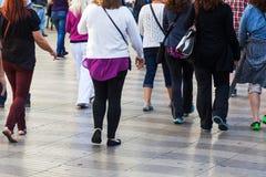 Menigten van mensen op de het wandelen promenade Stock Fotografie