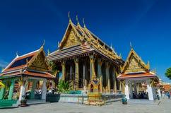 Menigten van mensen in Ubosot en Emerald Buddha  Stock Foto